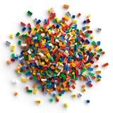 Pile des briques colorées de jouet d'isolement sur le fond blanc Photo stock
