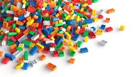 Pile des briques colorées de jouet sur le fond blanc illustration stock
