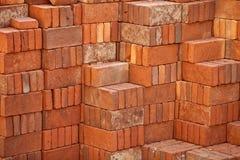 Pile des briques rouges préparées pour la construction Image stock
