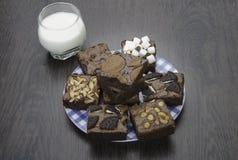 Pile des 'brownie' délicieux de chocolat dans la boîte Image libre de droits