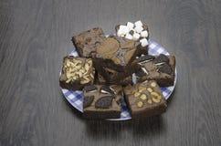 Pile des 'brownie' délicieux de chocolat dans la boîte Photo stock