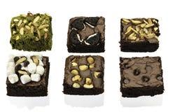 Pile des 'brownie' de chocolat délicieux et de thé vert Image libre de droits