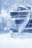 Pile des cadeaux argentés de Noël dans la neige Photographie stock