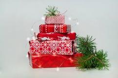 Pile des cadeaux bien emballés de Noël sur le fond blanc Photos libres de droits