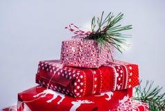 Pile des cadeaux bien emballés de Noël sur le fond blanc Image libre de droits