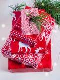 Pile des cadeaux bien emballés de Noël sur le fond blanc Images stock