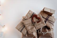 Pile des cadeaux rustiques élégants avec le coeur rouge sur le papier de métier Chri Photos libres de droits