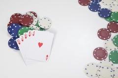 Pile des cartes et des jetons de poker avec l'espace de copie Photo stock