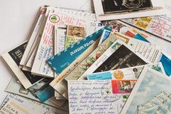 Pile des cartes postales écrites dans le désordre photographie stock libre de droits