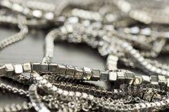 Pile des chaînes argentées assorties Photos libres de droits