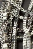 Pile des chaînes argentées assorties Photos stock