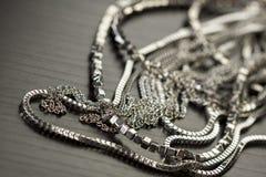 Pile des chaînes argentées assorties Photographie stock