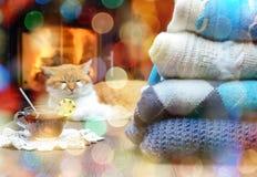 Pile des chandails et de la tasse tricotés confortables de thé chaud avec le citron Photo libre de droits
