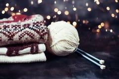 Pile des chandails Tricotage de Noël d'hiver images libres de droits