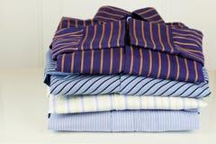 Pile des chemises et de la main repassantes Photographie stock libre de droits