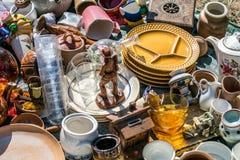 Pile des choses de ménage et des objets décoratifs à l'aide sociale photographie stock libre de droits