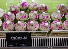 Pile des cocos épluchés sur une stalle de supermarché photographie stock libre de droits