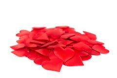 Pile des coeurs rouges d'isolement au-dessus du fond blanc Amour et ROM Photo libre de droits