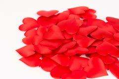 Pile des coeurs rouges d'isolement au-dessus du fond blanc Amour et fond rouge romantique de coeurs Photos stock