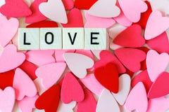 Pile des coeurs rouges et roses avec l'amour de mot Images libres de droits