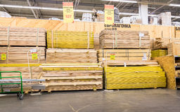 Pile des conseils en bois prêts pour la vente Photo stock
