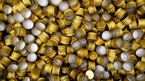 Pile des couvercles à visser en métal de bouteille comme fond de modèle Photos stock