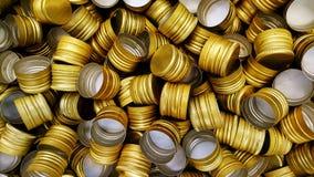 Pile des couvercles à visser en métal de bouteille comme fond de modèle Photo libre de droits