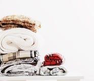Pile des couvertures sur le fond blanc Photographie stock