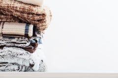 Pile des couvertures sur le fond blanc Image stock