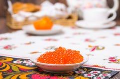 Pile des crêpes et du caviar rouge Photo libre de droits