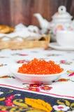 Pile des crêpes et du caviar rouge Photo stock
