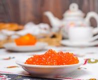 Pile des crêpes et du caviar rouge Photographie stock