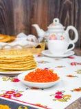 Pile des crêpes et du caviar rouge Photographie stock libre de droits