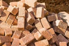 Pile des cubes bruns en pierre de couleur comme fond Photographie stock libre de droits