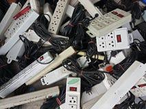 Pile des débouchés endommagés de courant électrique à l'usine de déchets photos libres de droits
