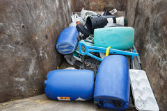 Pile des déchets assortis de plastique images stock