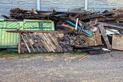 Pile des déchets de vieilles planches dans la cour dans la rue Image stock