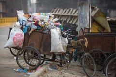 Pile des déchets domestiques aux décharges La population seulement de 35% du Népal ont accès à hygiène appropriée Image libre de droits
