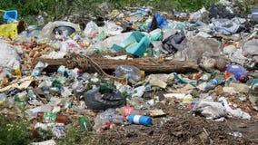Pile des déchets en plein air images stock