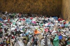 Pile des déchets mélangés au stockage de dumpsite Image libre de droits
