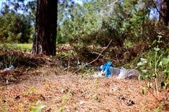 Pile des déchets sur l'herbe verte dans les problèmes d'environnement de nature photo libre de droits