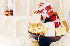 Pile des divers boîte-cadeau, du Joyeux Noël et de newyear heureux, a Image stock