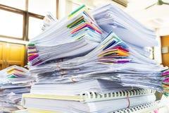 Pile des documents avec coloré Photographie stock libre de droits