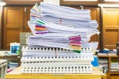Pile des documents avec coloré Photo stock