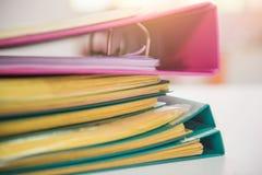 Pile des documents de fichiers papier sur le bureau de travail dans le bureau, papier d'affaires Photos stock