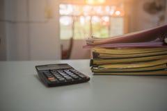Pile des documents de fichiers papier sur le bureau de travail dans le bureau, papier d'affaires Images libres de droits