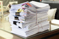 Pile des documents non finis Images stock