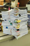 Pile des documents sur le bureau Image stock