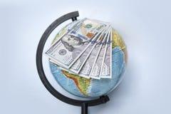 Pile des dollars sur le globe Photos libres de droits