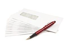 Pile des enveloppes de courrier et d'un crayon lecteur Images libres de droits